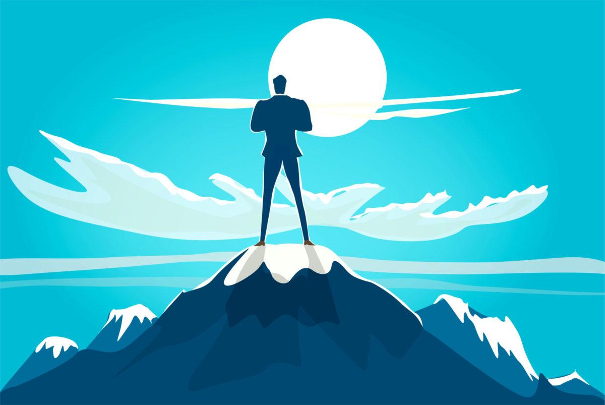 山の頂上で満月を見ながら仁王立ちする男の写真