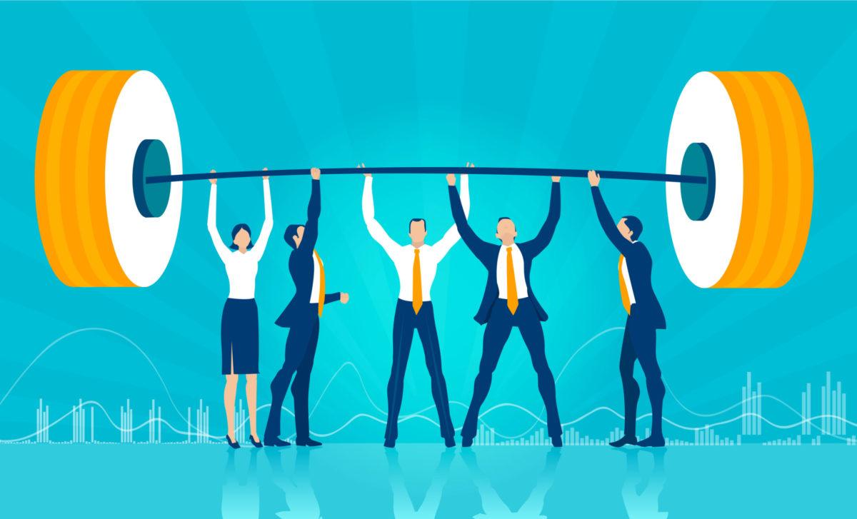 5人の若者が一致団結し、重いバーベルを上げる写真